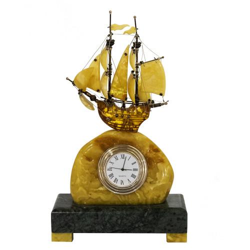Кораблик из янтаря с часами на гранитном постаменте